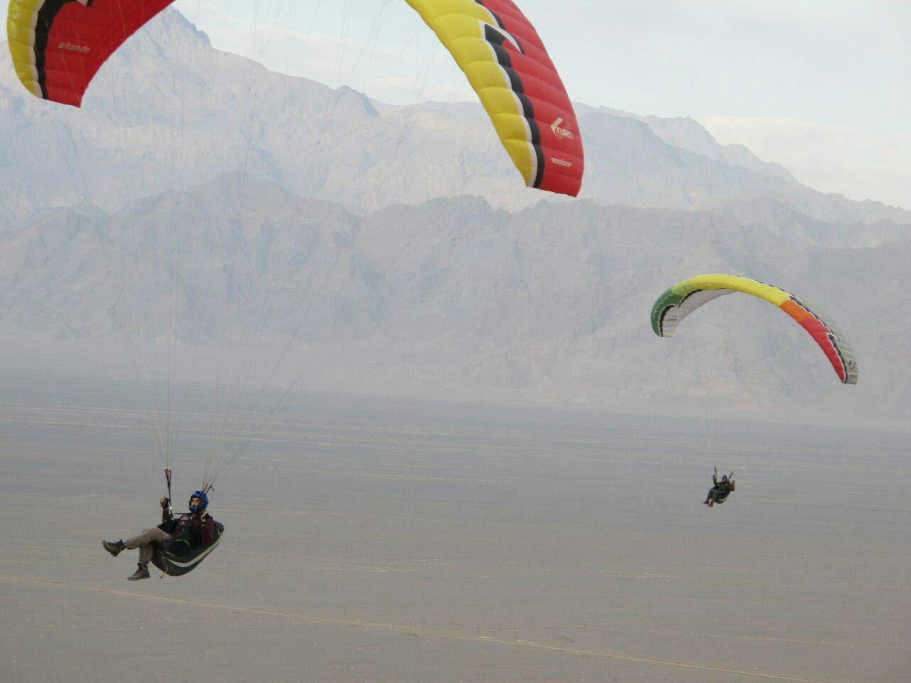 پرواز با پاراگلایدر در دیواره تپه اردشیر شهر یزد پاییز 95